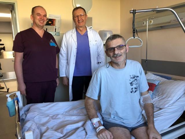 Od lewej: dr Jacek Hobot, prof. Grzegorz Oszkinis i ich pacjent, Radosław z Opola.
