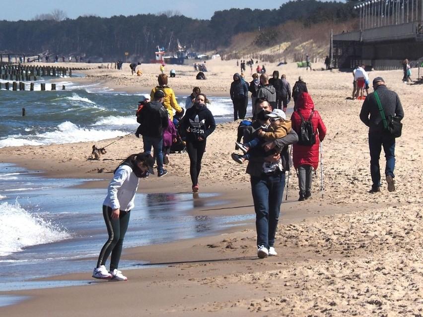 Tak wyglądało niedzielne przedpołudnie na plaży w Mielnie. Nie brakowało chętnych do spacerów oraz kąpieli w morzu. Pamiętajcie o zakrywaniu twarzy podczas spacerów oraz zachowaniu bezpiecznej odległości.