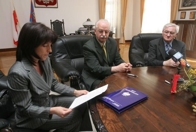 Podpisanie aktu sprzedaży Zygmunt Meyer uznał za początek dobrej współpracy między miastem a władzami województwa.