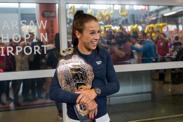 Na gali UFC 211 w Dallas Jędrzejczyk wygrała z Jessiką Andrade. Wyrównała rekord Rondy Rousey, triumfując w szóstej potyczce o pas UFC