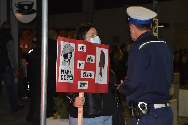 Policja legitymuje uczestników marszu, który 24 października 2020 przeszedł przez centrum Nysy
