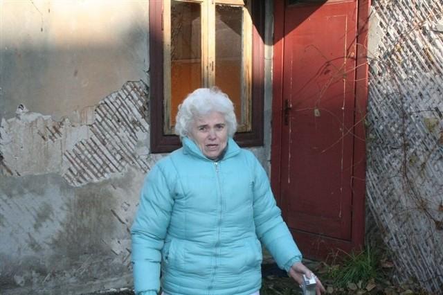 Teresa Zyśk przed budynkiem, w którym mieszkala przez 30 lat