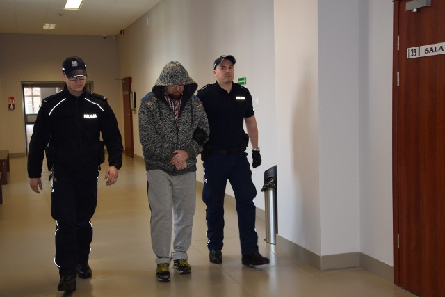 Policjanci doprowadzili Marka B. na salę rozpraw skutego kajdankami