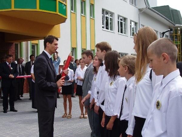 Podczas uroczystości grupa młodzieży  pasowana została na ucznia przez dyrektora  szkoły Jarosława Żyro.