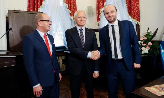 Prezydium Rady Miasta Rzeszowa w nowo wyłonionym składzie. Od lewej: Wiesław Buż, Andrzej Dec i Konrad Fijołek.