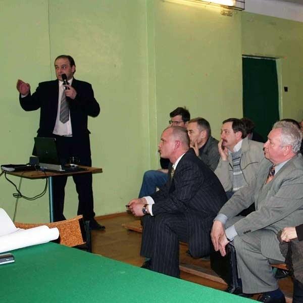 - Dzięki państwa protestom łatwiej nam było negocjować z dyrekcją dróg - dziękowali na spotkaniu z mieszkańcami Krzysztof Krawczyk (stoi z lewej) i Paweł Wolicki (siedzi pierwszy z lewej)