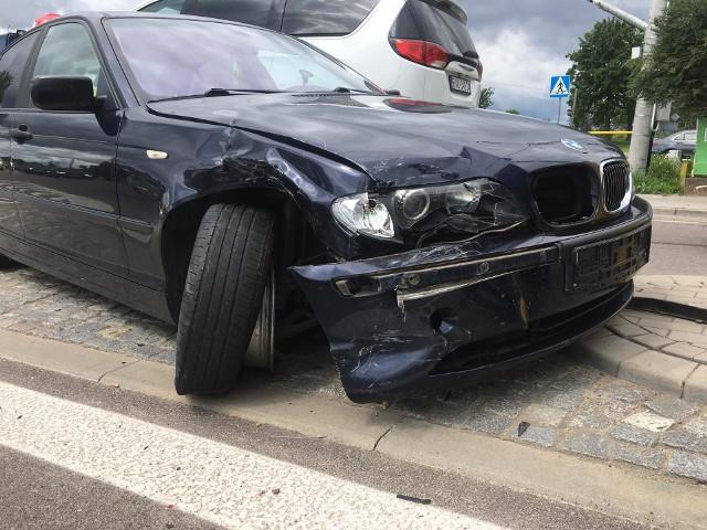 Wypadek na skrzyżowaniu w Knyszynie. Zderzenie BMW z samochodem ciężarowym