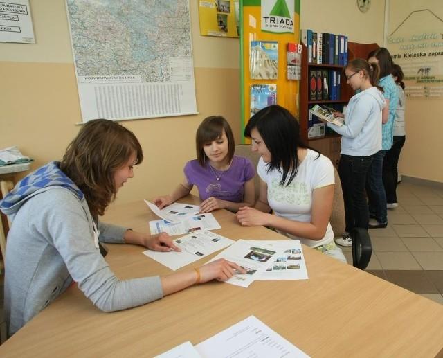 W szkolej klasie stworzono prawdziwe wnętrze biura podróży, fot. D. Łukasik