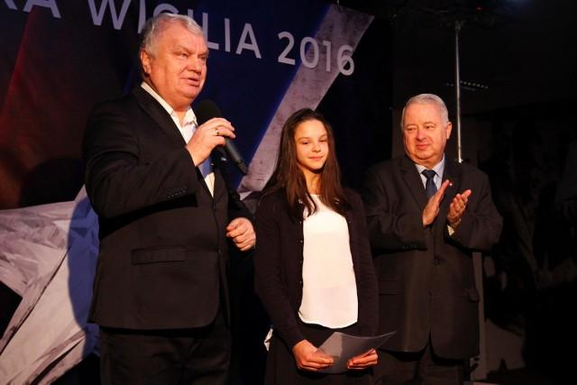 Wręczenie nagrody im. Jana Janowskiego w 2016 roku, w środku laureatka Kaja Skalska, z lewej - Stanisław Bisztyga, z prawej - prezes TS Wisła Piotr Dunin-Suligostowski.