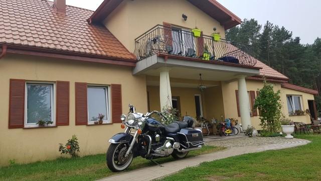 Dworek w Borówkach to ostatni dom na wiejskiej ulicy, a dalej jest już tylko las i wrzosowiska