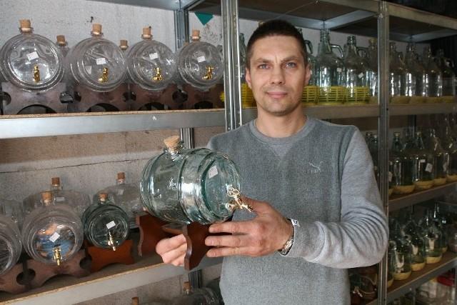 """Paweł KowalskiPaweł Kowalski z hurtowni """"Swip"""" prezentuje ozdobne szklane naczynia na alkohol. Mogą być ozdobą salonu, ale także... stołu weselnego."""