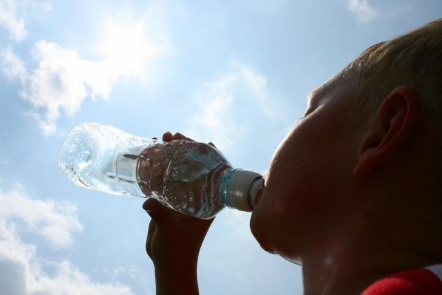 Przy temperaturze 25 stopni (na otwartej przestrzeni) lub 28 stopni (na innych stanowiskach, w pomieszczeniach) przysługuje zimna woda do picia,  dokładnie precyzują to przepisy.