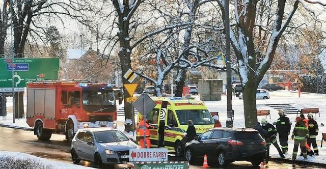 """Do zdarzenia w Skwierzynie doszło kilka minut po godz. 12.00 na ul. Mostowej w Skwierzynie. Na miejscu okazało się, że zderzyły się dwa auta: osobowe bmw wjechało na tył forda focusa. - W wyniku zdarzenia, kierujący focusem i jego żona uskarżali się na silne bóle pleców, dlatego na miejsce został wezwany ZRM. W tym czasie do zdarzenia dojechał zastęp z JRG Międzyrzecz. Przybyły na miejsce lekarz pogotowia, przebadał małżeństwo i stwierdził, że nie wymagają oni odwiedzenia szpitala - informuje Michał Kowalewski z OSP Skwierzyna.Strażacy zajęli się też uprzątnięciem pojazdów z jezdni i skutków kolizji. Ich działania na miejscu zdarzenia trwały kilka godzin.WIDEO: Skwierzyna: budżet na 2021 r. uchwalony. """"To budżet trudny. Ale nie ma łatwych budżetów"""" - mówił burmistrz"""
