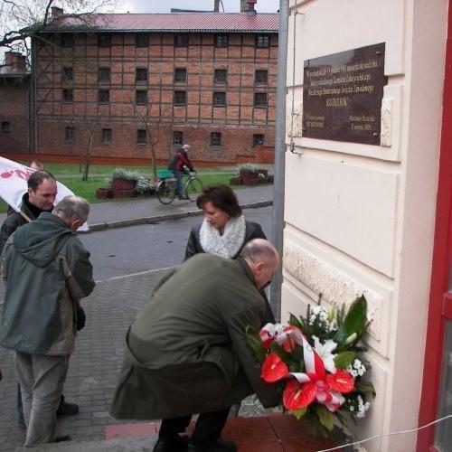 Kwiaty pod tablicą w rocznicę pamiętnego 13 grudnia 1981 roku.