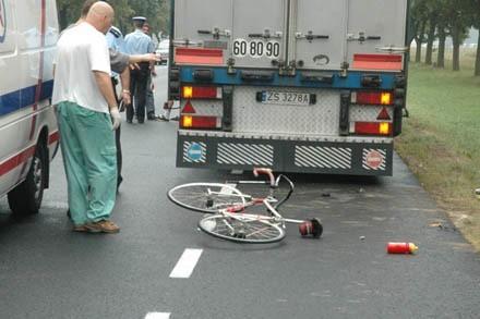 Właściciel tego roweru wjechał z impetem w stojącego na poboczu tira. Zmarł, mimo kilkunastominutowej reanimacji.