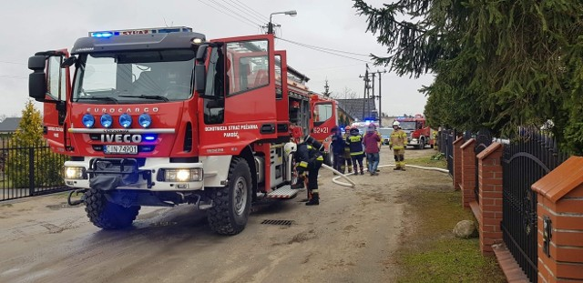 Jak informuje nas kpt. Jarosław Skotnicki z Komendy Powiatowej Państwowej Straży Pożarnej w Inowrocławiu, w wyniku wybuchu doszło do zapalenia materiałów palnych składowanych przy piecu