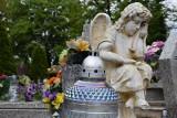 Walka z wiatrakami o ozdoby grobów w Nowej Soli. Czytelniczka nie chce fundować prezentów złodziejom. Jak chronić grób przed kradzieżą?