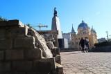 Plac Wolności w coraz większej ruinie a na remont trzeba jeszcze poczekać