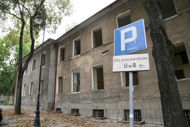 Z budynku wyjęto już okna. Rogowski Development nie ma jeszcze pozwolenia na budowę, ale zgodnie z prawem rozbiórkę może już prowadzić.