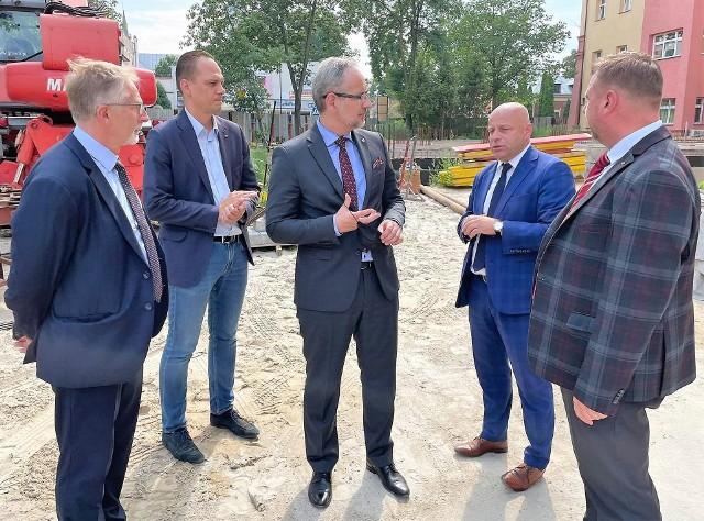 Minister zdrowia Adam Niedzielski w rozmowie ze starostą Robertem Bednarzem na placu przed szpitalem w Nisku