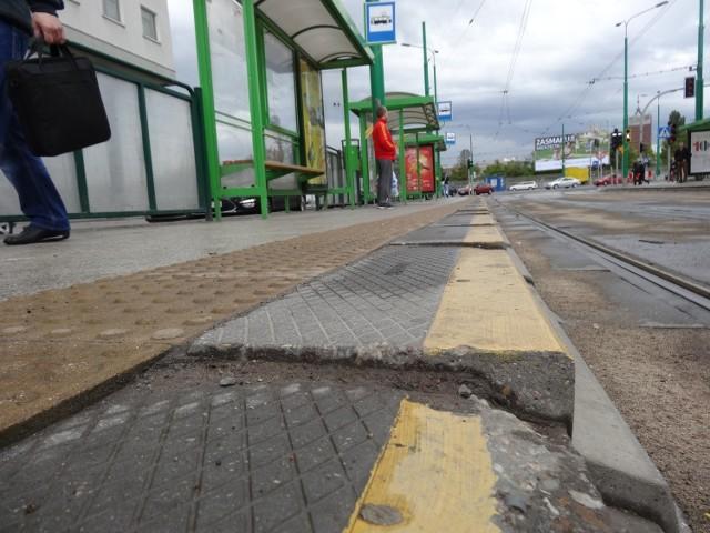 """Wybudowany na Euro 2012 przez kilkanaście miesięcy służył jako przystanek tramwajowo-autobusowy. Dzisiaj zatrzymują się już na nim tylko tramwaje. Wszystko dlatego, że przystanek """"Bałtyk"""" zaczął się sypać. W czerwcu rozpocznie się jego gruntowny remont. A to oznacza, że... nie wytrzymał nawet dwóch lat!Więcej: Przystanek """"Bałtyk"""" się sypie! A policjanci korzystają... [ZDJĘCIA]"""