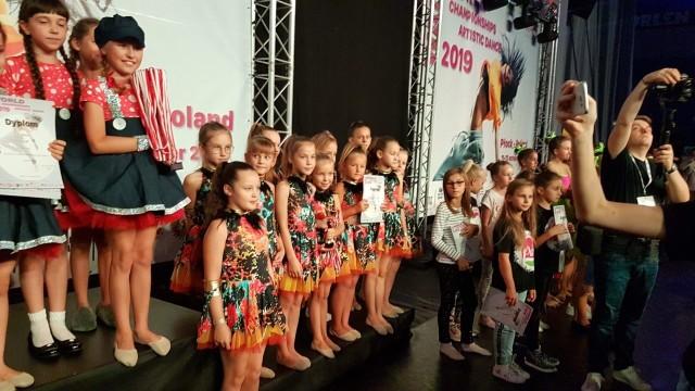 W miniony weekend w Płocku odbyły się Mistrzostwa Świata Federacji WADF (World Artistic Dance Federation. Liczną reprezentację miała tam inowrocławska Szkoła Tańca Raz Dwa Trzy. Znakomicie wypadły tam przedstawiciele Inowrocławia i Janikowa.W kategorii Artistic Dance Show Large Teams nasze zespoły zgarnęły całe podium! 1 miejsce i i tytuł mistrzów świata zdobył zespół Glow z Janikowa, drugie miejsce i tytuł wicemistrzów świata - zespół Sweet Kids z Inowrocławia,  a  trzecie i tytul II wicemistrza świata - zespół Sweet Babys z Inowrocławia. W kategorii Artistic Dance Show Small Teams do lat 11 drugie miejsce i tytuł wicemistrzów świata zdobył zespół Swet Kids Mini z Inowrocławia, zaś w kategorii Artistic Dance Show Large Teams 12-15 lat na czwartym miejscu uplasował się zespół Sweet Juniors z Inowrocławia.Świetne występy w kategoriach jazz i contemporary ballet zaliczyły również solistki szkoły - Magdalena Znajdek, Magdalena Bielicka, Aleksandra Szatabrowka, Julia Dzielak i Weronika Gołębiewska.Trenerem wszystkich zespołów jest Monika Cichocka.