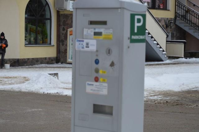 Parkomaty w Bytowie wyrzucają monety.