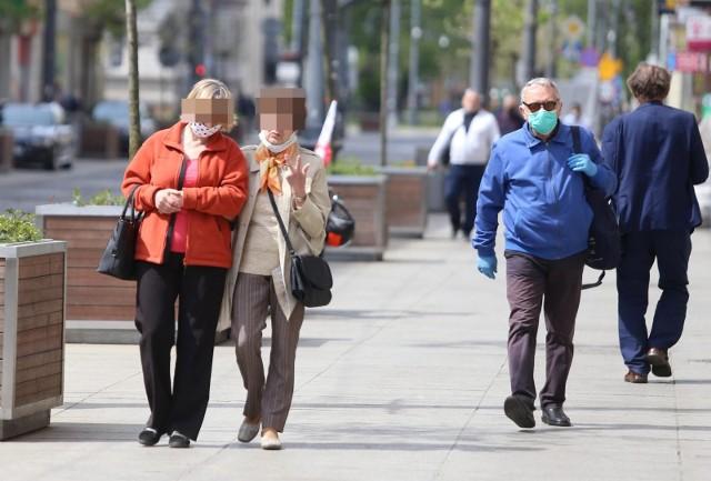 Ludzie coraz częściej zapominają, że maska może ograniczyć ryzyko zakażenia. Eksperci są jednak zdania, że należy pamiętać o zasłanianiu twarzy nie tylko w sklepach, czy galeriach handlowych