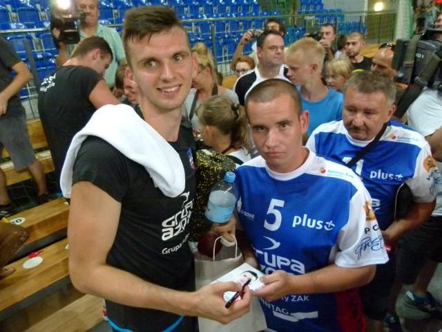 Kibic Sebastian Spałek (z prawej) zbierał od siatkarzy autografy.