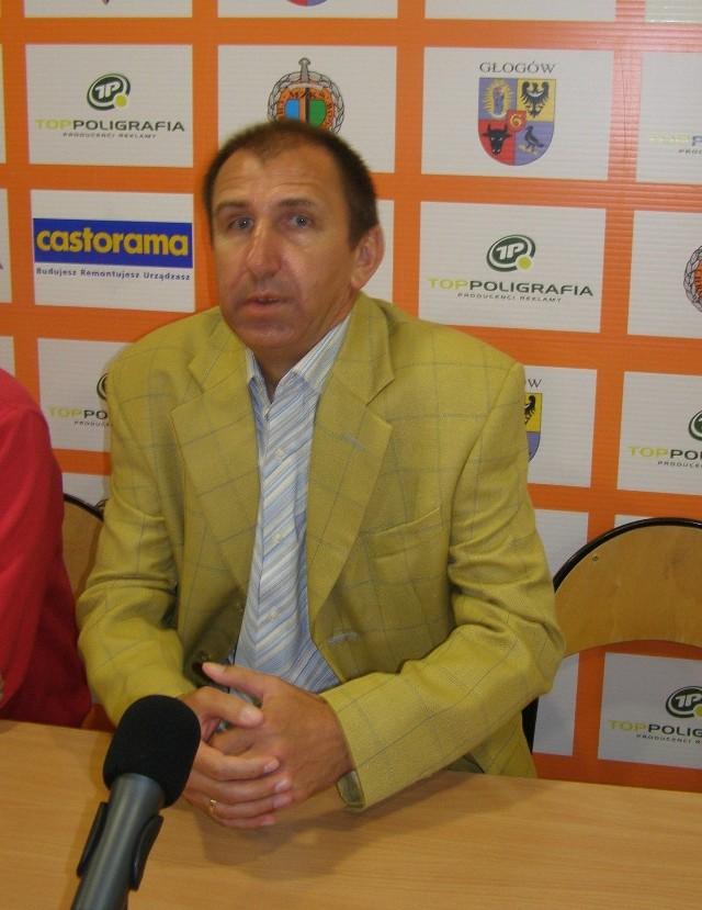 Janusz Kubot ma 50 lat, lubinianin, był m.in. piłkarzem Zagłębia Lubin i Chrobrego Głogów, obecnie jest trenerem głogowskiego zespołu.