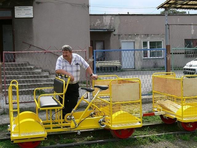 Edward Choroszyński, prezes zarządu Świętokrzyskiej Kolejki Dojazdowej przy nowych pojazdach kolejki.