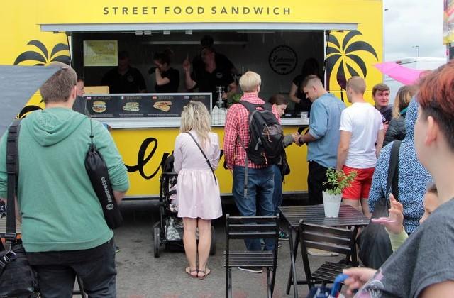Festiwal Food Trucków w Grudziądzu na parkingu przy Galerii Grudziądzkiej.