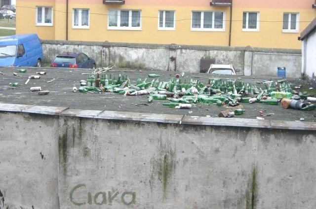 Pozostałości po libacji młodzieży na podwórku przy ul. Małachowskiego.