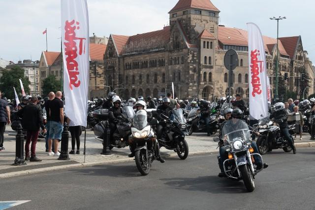 """Parada Motocyklowa była jednym z punktów obchodów 41. rocznicy powstania """"Solidarności"""". Kilkuset motocyklistów przejechało przez Poznań już po raz trzynasty. Parada wystartowała z placu Mickiewicza, a zakończyła się w pobliżu Jeziora Strzeszyńskiego. Przejdź dalej i zobacz kolejne zdjęcia --->"""