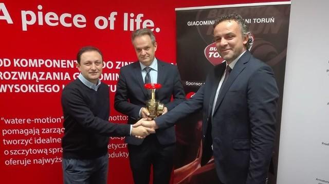 Nowego sponsora w osobie prezesa Błażeja Rozmarynowicza (z prawej) przedstawili prezes Jarosław Hausman i trener Nicola Vettori.