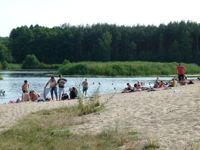 Latem plaża przy ul. Sportowej w Tuszynie tętni życiem.