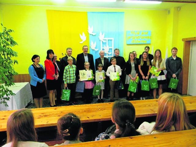 Pamiątkowe zdjęcie laureatów konkursu, organizatorów oraz gości.
