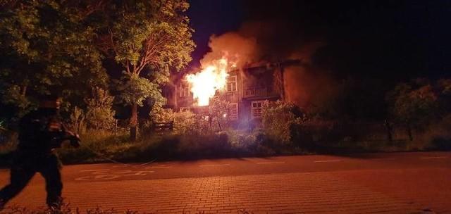 Tak wyglądał pożar domu przy ul. Sosnowskiego z 30 maja 2020 roku. Dogaszanie pożaru trwało do godziny 11. W akcja brało udział siedem zastępów straży pożarnej.
