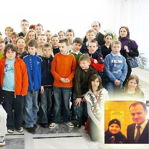 Na zdjęciu: uczestnicy wycieczki, a w prawym  dolnym rogu Mateusz Winnicki, któremu jako  jedynemu udało się zrobić zdjęcie ze  śpieszącym się premierem Tuskiem.
