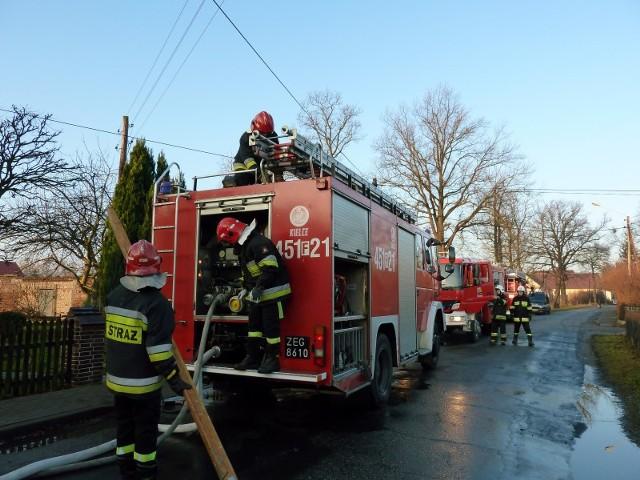 Strażacy dwukrotnie w ciągu ostatniej doby gasili pożar w domu przy ul. Pułaskiego w żarskich Kunicach.