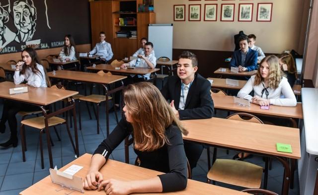 30 marca ósmoklasiści zmierzyli się z próbnym egzaminem z języka polskiego. Zobacz arkusz z zadaniami ---->16 czerwca 2020 roku odbył się oficjalny egzamin ósmoklasistyZobacz też jak wyglądał egzamin ósmoklasisty w 2020 roku Egzamin ósmoklasisty: Język POLSKI 2020 - ODPOWIEDZI, zadania i pytania z arkusza. Sprawdź, co było na egzaminie 16 czerwca!