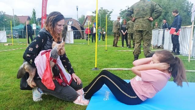 """Dzieci mogły podczas pikniku z terytorialsami w Przysusze ćwiczyć swą sprawność, między innymi wykonując """"brzuszki""""."""