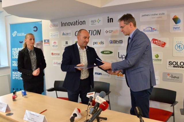 Marszałek Adam Jarubas i dyrektor Kieleckiego Parku Technologicznego Szymon Mazurkiewicz podpisali umowę na dofinasowanie uzbrojenia działek pod nowe tereny inwestycyjne.