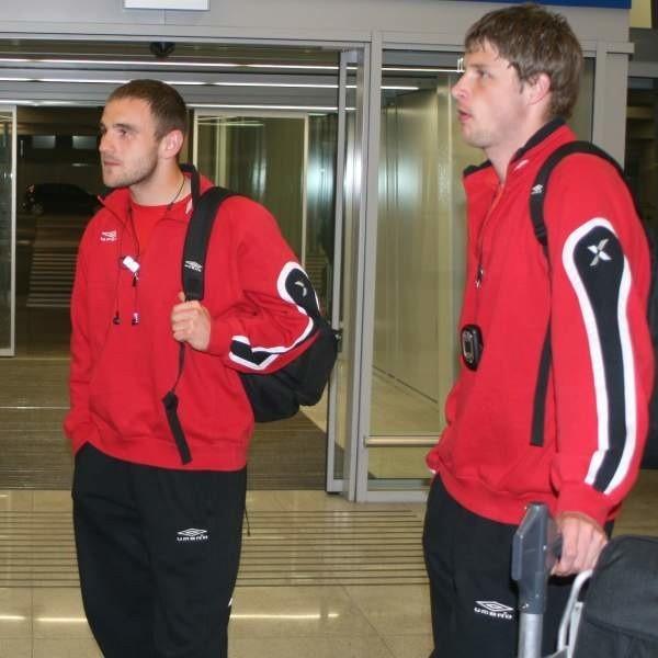 Ci, którzy wracali z Hiszpanii do Warszawy przez Madryt, byli w stolicy o 15 minut wcześniej - między innymi Robert Bednarek (z lewej) i Grzegorz Bonin.