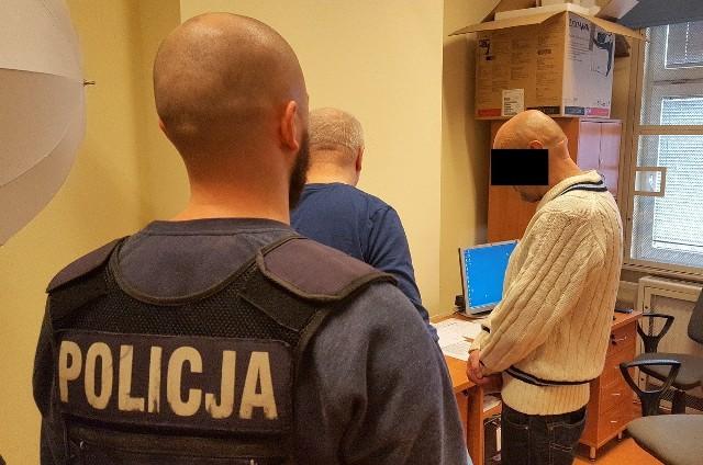 56-letni bydgoszczanin ukradł dwie butelki alkoholu z jednego ze sklepów na Gdańskiej w Bydgoszczy. Teraz co najmniej 3 miesiące posiedzi w areszcie.Do zdarzenia doszło w miniony piątek, ok. godz. 17.Mężczyzna wszedł do sklepu i wziął z półek dwie butelki alkoholu o łącznej wartości 85 zł. Nie zapłacił za nie i wyszedł. Zauważyła to ekspedientka. Wybiegła za nieuczciwym klientem i chciała odzyskać skradzione mienie. Wówczas 56-latek zaczął ją szarpać i popychać.Zobacz również:Prognoza pogody(TVN Meteo/x-news)