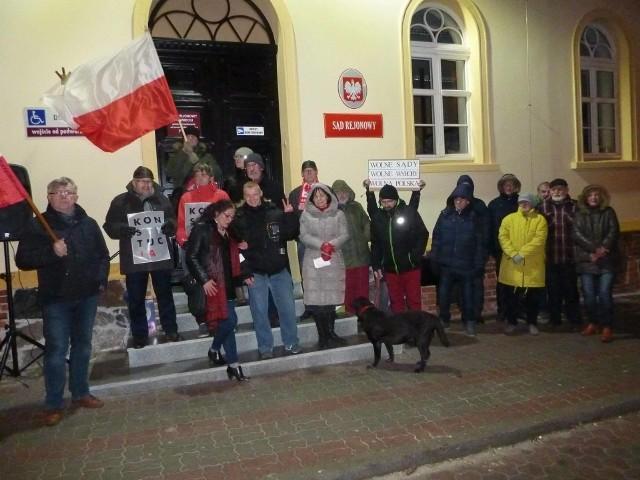 Pierwszego dnia cyklu manifestacji pod Sądem Rejonowym w Świeciu pojawiło się ok. 20 osób