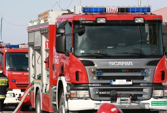 Cysterna z mlekiem wpadła do rowu w miejscowości Janczewo. Pomagali strażacy