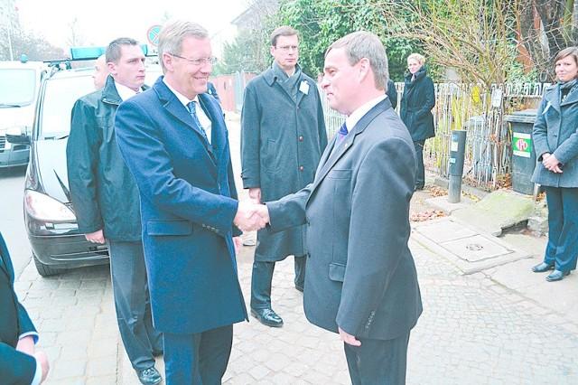 Bernard Gaida wita się z Christianem Wulffem. Spotkanie z prezydentem Niiemiec we Wrocławiu było ważnym dla MN wydarzeniem.