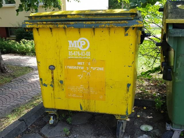 Mieszkańcy osiedla Piasta w Białymstoku narzekają na brudne pojemniki na śmieci. SM Zachęta interweniowała w tej sprawie i zgłosiła problem do MPO. To oni są odpowiedzialni za dbanie o stan sanitarny śmietników.