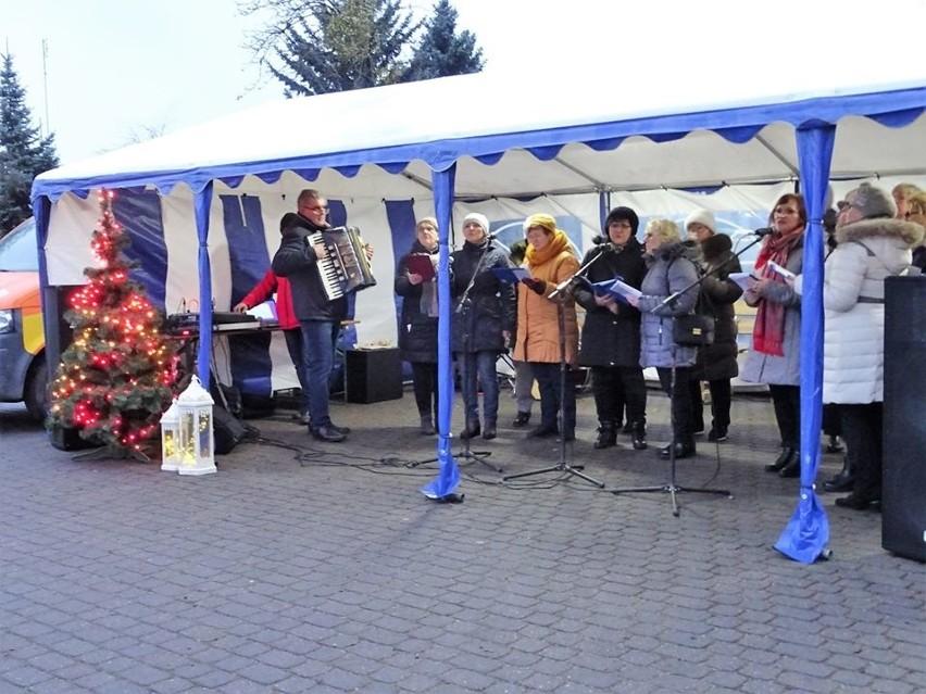 W niedzielę (15 grudnia) odbył się jarmark świąteczny w Lipnicy. Na stoiskach można było kupić ozdoby, upominki, dekoracje, w tym piękne i ciekawe rękodzieło. W czasie jarmarku nie zabrakło pysznych ciast, pasztecików i barszczu. Kolędy zaśpiewali uczniowie ze szkół w Lipnicy, Borowego Młyna i Brzeźna Szlacheckiego.